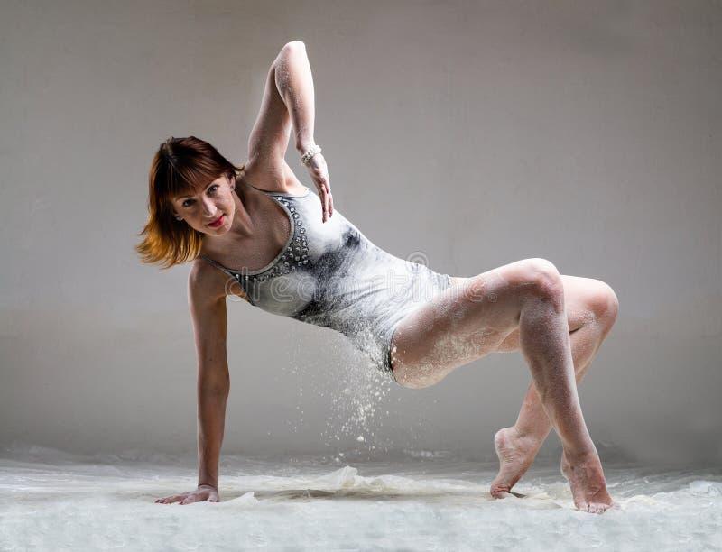 Het mooie expressieve balletdanser stellen met stock afbeeldingen