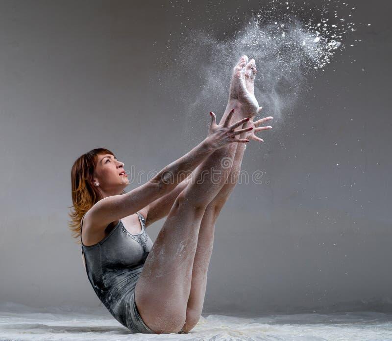Het mooie expressieve balletdanser stellen met royalty-vrije stock afbeeldingen