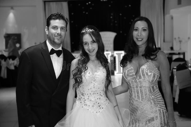 Het mooie het feestvarken van tienerquinceanera vieren in de roze partij van de prinseskleding, speciale viering die van meisje v stock foto's