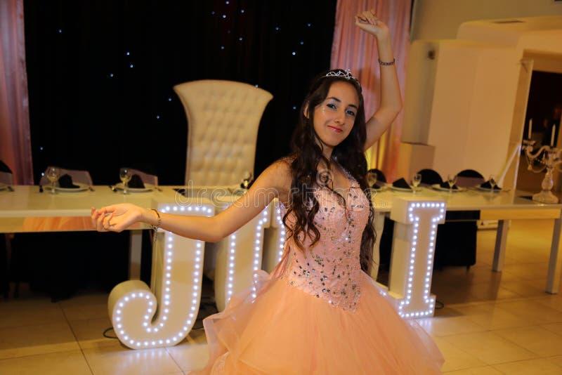 Het mooie het feestvarken van tienerquinceanera vieren in de roze partij van de prinseskleding, speciale viering die van meisje v royalty-vrije stock foto's