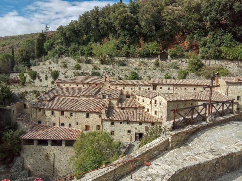 Het mooie gebiedslandschap van een klein landelijk dorp op de heuvel, Toscanië, Italië stock afbeeldingen
