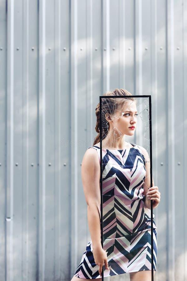 Het mooie gebroken glas van het tienermeisje holding in haar handen Conceptenfeminisme royalty-vrije stock foto