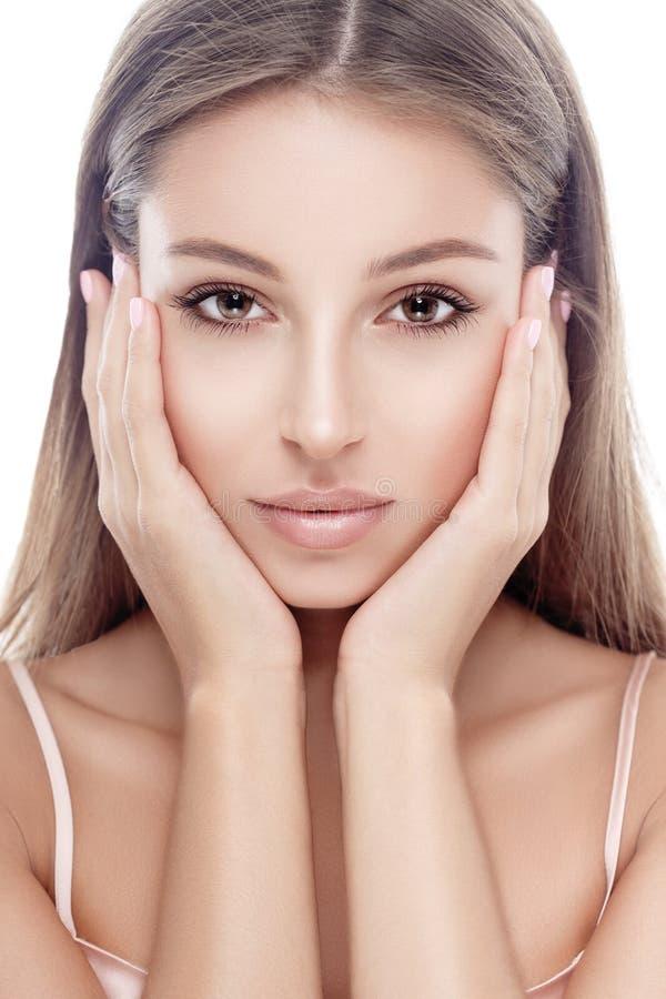 Het mooie gelukkige jonge gezicht van het vrouwenportret met sexy lippen stock afbeelding