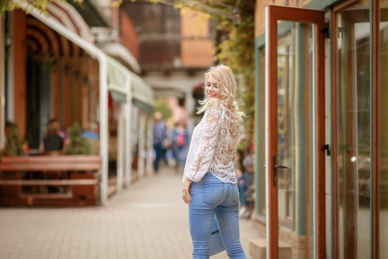 Het mooie gelukkige meisje gaat winkelend in de stad royalty-vrije stock foto