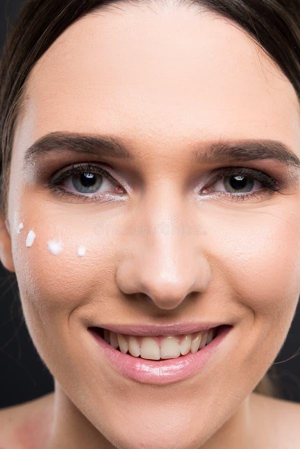 Het mooie gelukkige meisje toont perfecte schone huid royalty-vrije stock afbeeldingen
