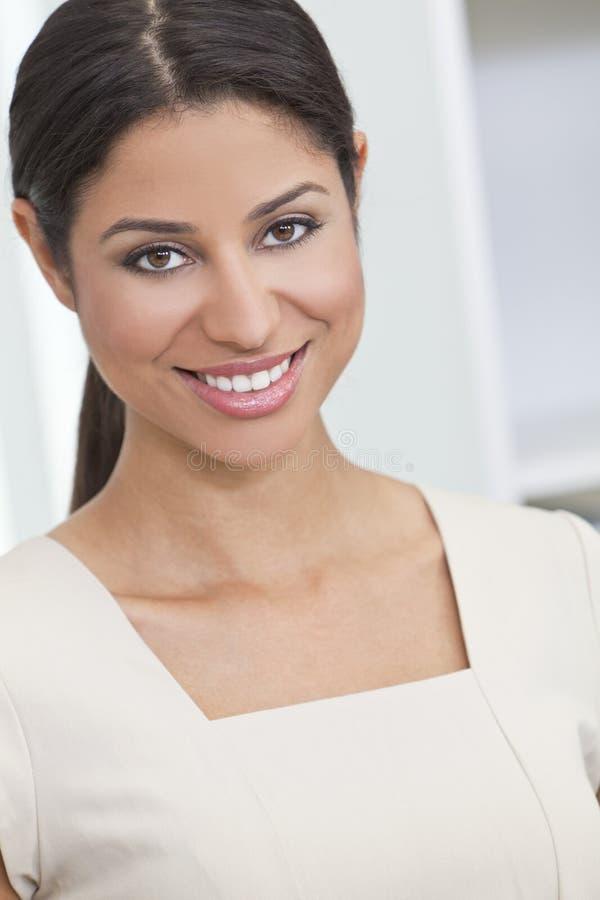 Het mooie Gelukkige Spaanse Glimlachen van de Vrouw royalty-vrije stock foto's