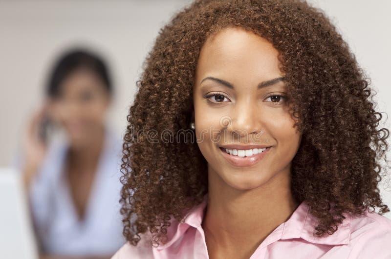 Het mooie Gemengde Afrikaanse Amerikaanse Glimlachen Gir van het Ras royalty-vrije stock foto