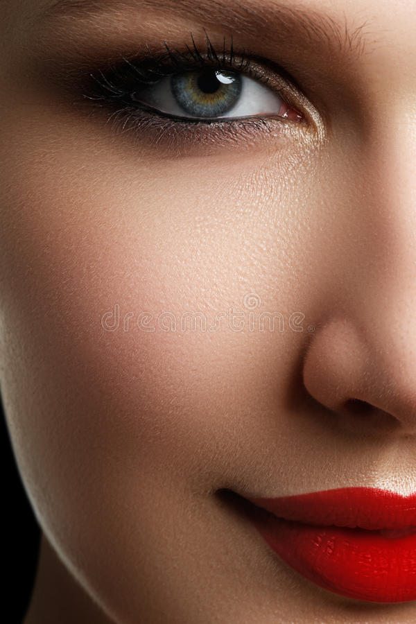 Het mooie gezicht van de blonde modelvrouw met blauwe ogen en perfecte mak royalty-vrije stock afbeelding
