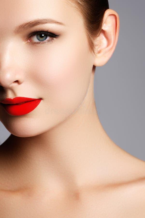 Het mooie gezicht van de blonde modelvrouw met blauwe ogen en perfecte mak stock foto's