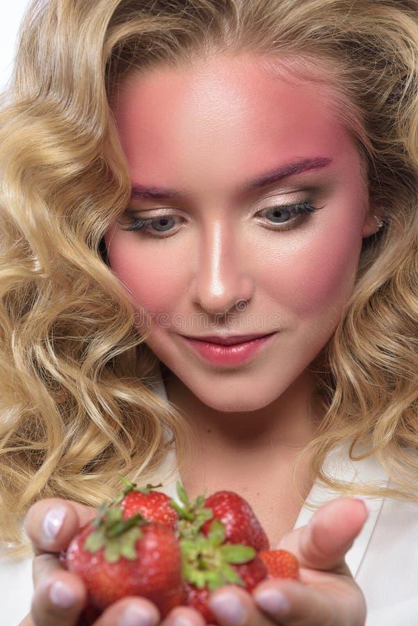 Het mooie gezicht van de blondevrouw met roze make-up royalty-vrije stock fotografie