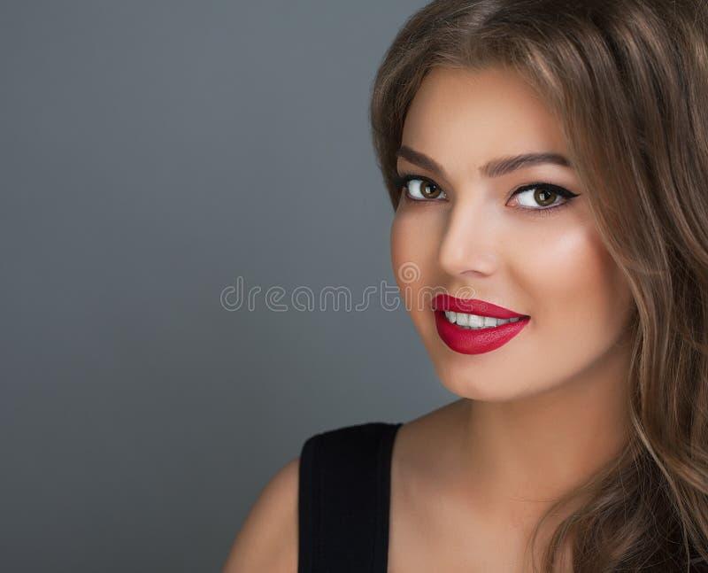 Het mooie gezicht van de het portret donkerbruine jonge glimlach van de meisjesstudio royalty-vrije stock foto