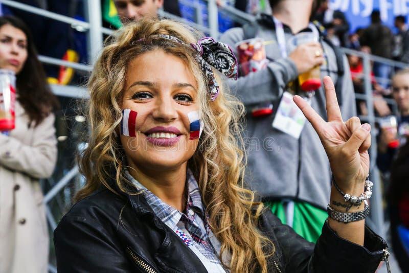 Het mooie het glimlachen dame steunen van nationaal de voetbalteam van Frankrijk royalty-vrije stock foto's
