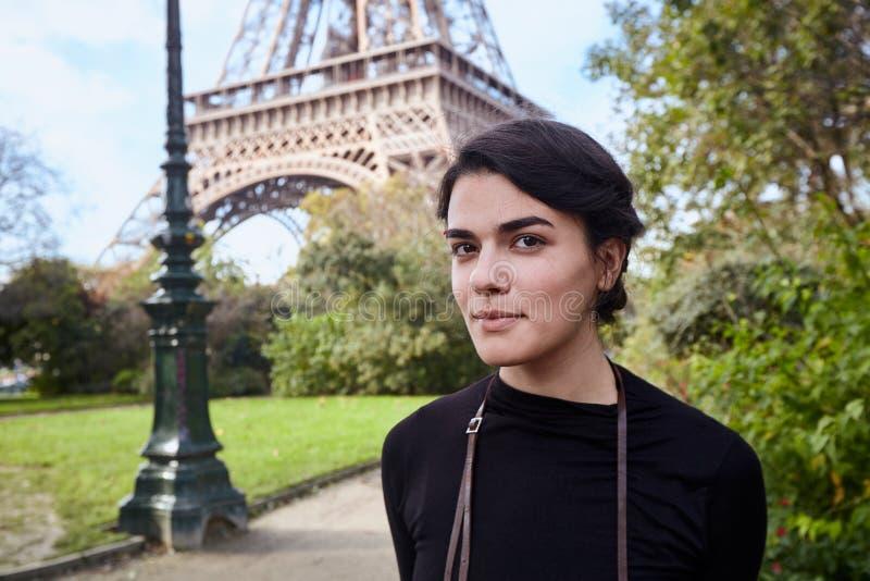 Het mooie het glimlachen meisje stellen op de achtergrond van de Toren van Eiffel Parijs, champ DE brengt in de war stock afbeelding