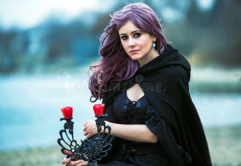 Het mooie gotische meisje met zwaard stock foto's