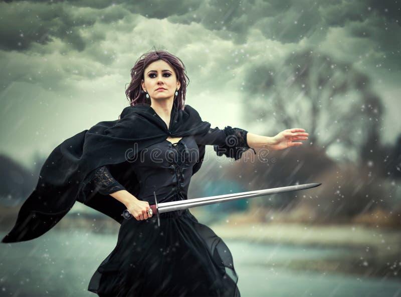 Het mooie gotische meisje met zwaard royalty-vrije stock afbeelding