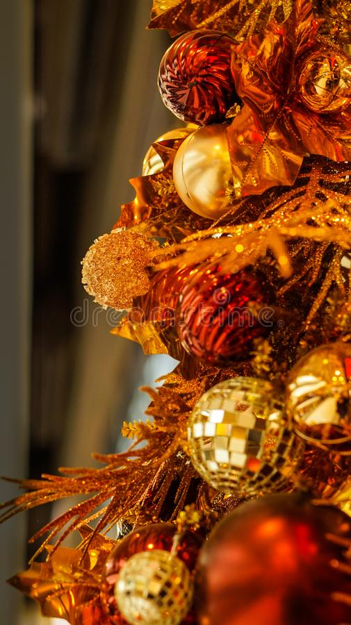 Het mooie goud en het rood van het Kerstmisornament royalty-vrije stock afbeeldingen
