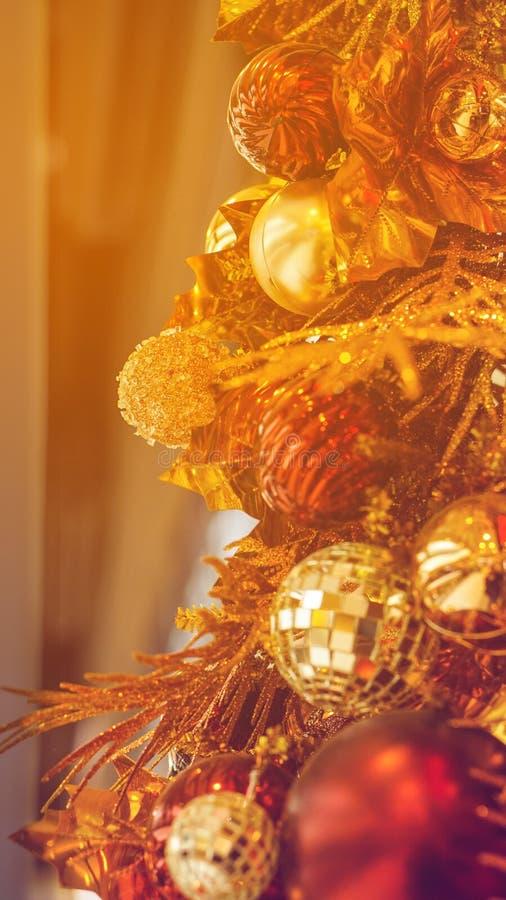 Het mooie goud en het rood van het Kerstmisornament stock afbeelding