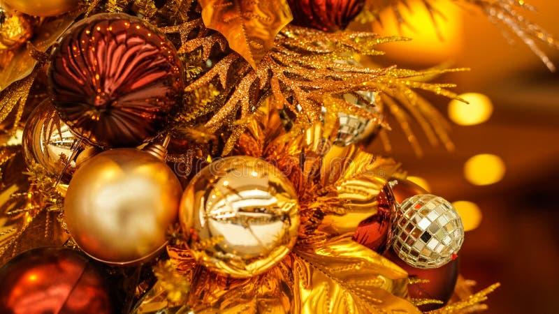 Het mooie goud en het rood van het Kerstmisornament royalty-vrije stock foto