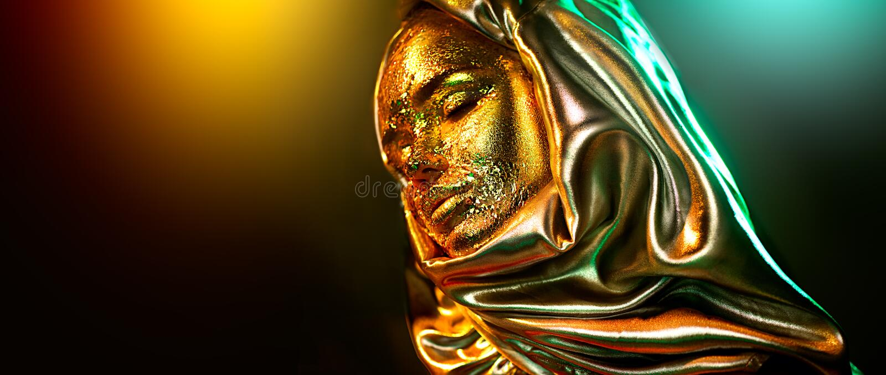 Het mooie gouden portret van het make-up modelmeisje Schoonheidsvrouw met make-up van de glamour de gouden folie Traditionele Ara royalty-vrije stock foto's