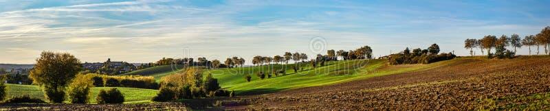 Het mooie groene en gele panorama van de heuvelszonsondergang met elft royalty-vrije stock foto