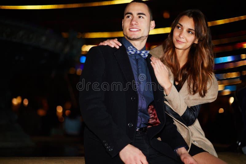 Het mooie haar vriend omhelzen en meisje die veel liefs kijken royalty-vrije stock afbeelding