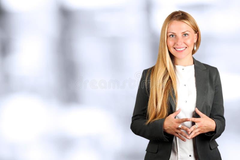 Het Mooie het glimlachen bedrijfsvrouwenportret Bedrijfs mensen die in het bureau werken royalty-vrije stock foto