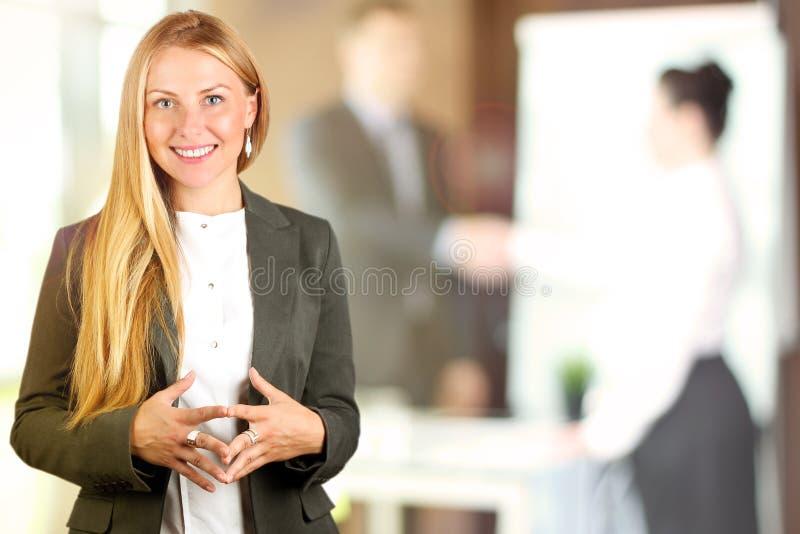 Het Mooie het glimlachen bedrijfsvrouwenportret Bedrijfs mensen die in het bureau werken royalty-vrije stock afbeeldingen