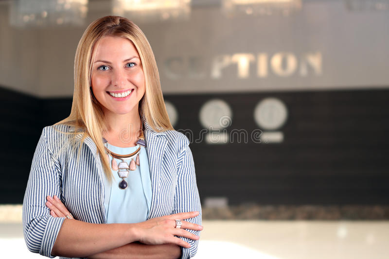 Het Mooie het glimlachen bedrijfsvrouwenportret Glimlachende vrouwelijke receptionnist stock foto's