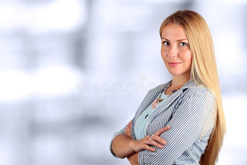 Het Mooie het glimlachen bedrijfsvrouwenportret isolatwd op een witte achtergrond royalty-vrije stock fotografie