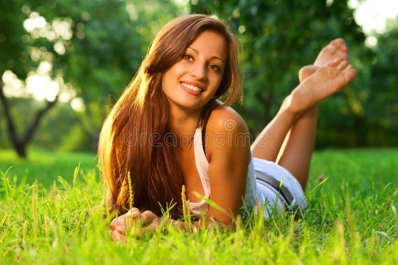 Het mooie het glimlachen meisje ontspannen stock afbeeldingen