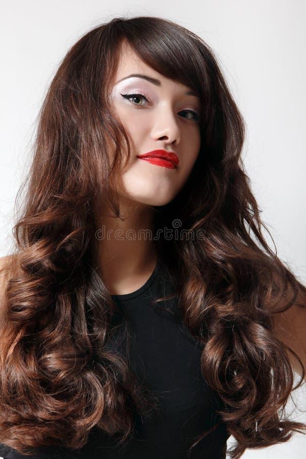 Het mooie het haar van het tienermeisje vrolijke genieten van stock foto's