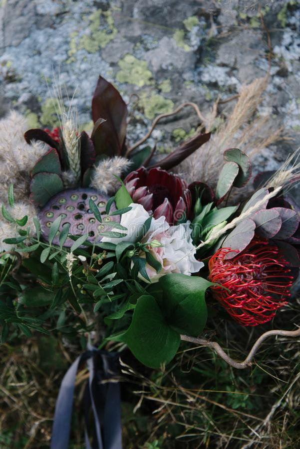het mooie huwelijksboeket van witte bloemen ligt op het gras royalty-vrije stock afbeelding