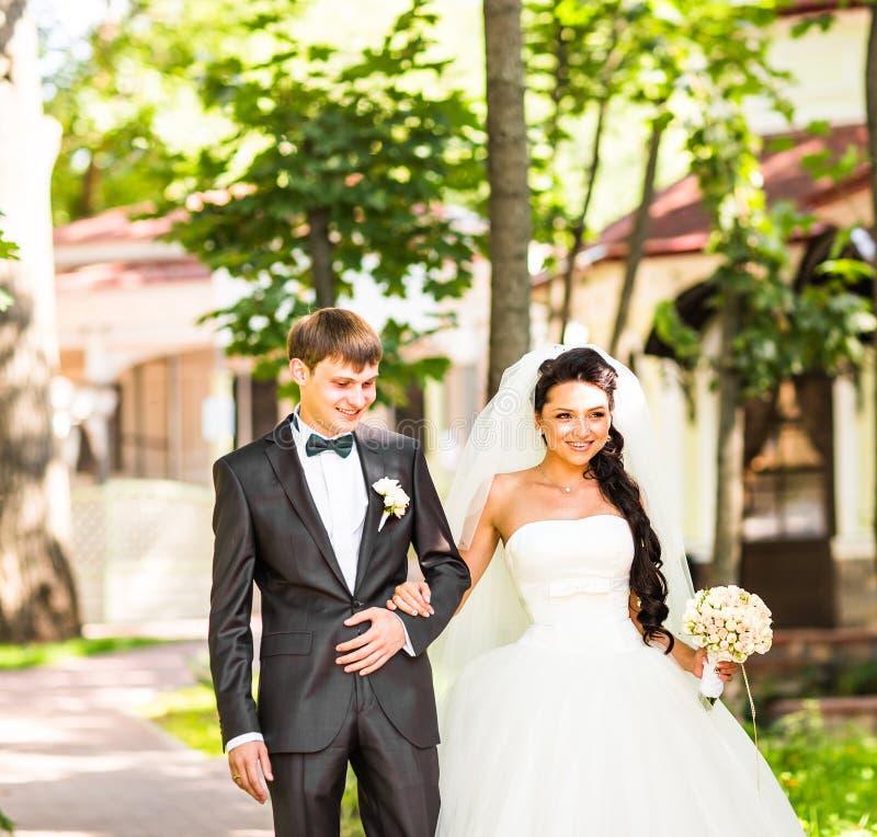 Het mooie huwelijkspaar geniet van huwelijk royalty-vrije stock fotografie
