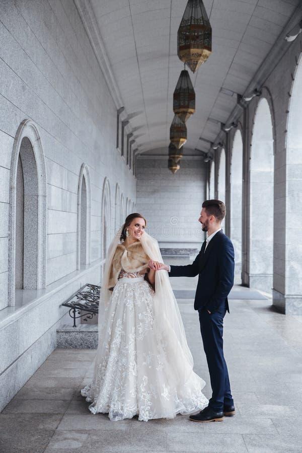 Het mooie huwelijkspaar openlucht dansen De eerste Dans van het Huwelijk stock foto's
