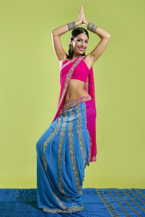 Het mooie Indische jonge donkerbruine vrouw dansen royalty-vrije stock afbeelding