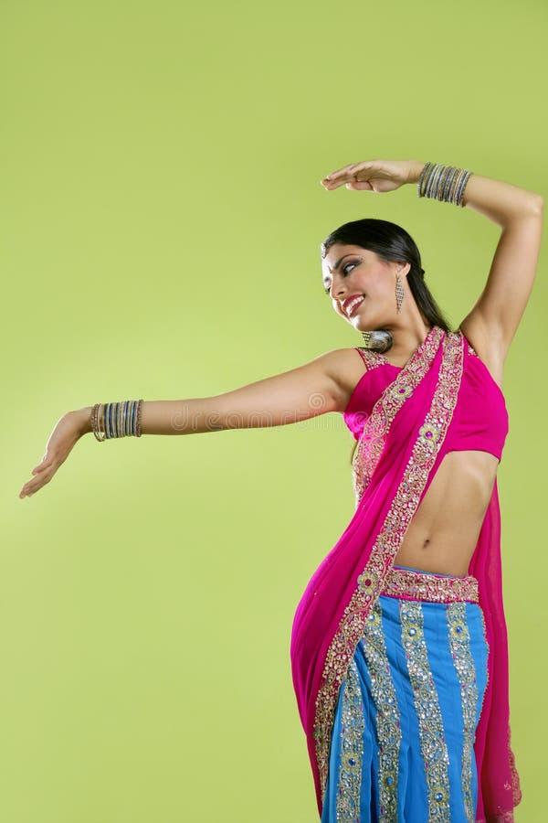 Het mooie Indische jonge donkerbruine vrouw dansen royalty-vrije stock fotografie