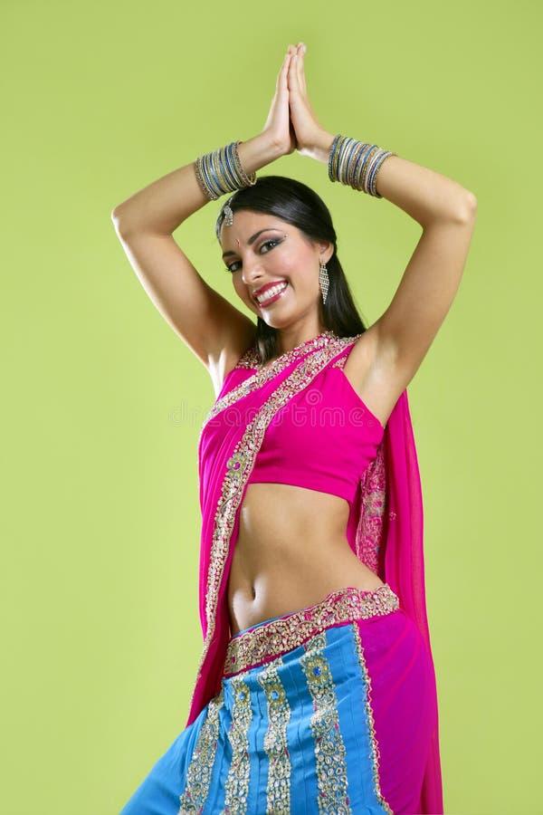 Het mooie Indische jonge donkerbruine vrouw dansen royalty-vrije stock afbeeldingen