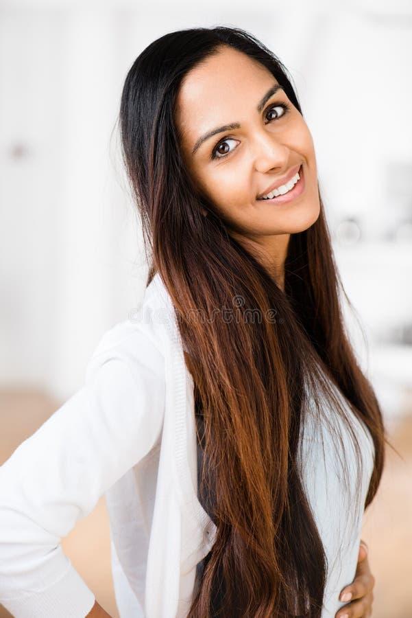 Het mooie Indische vrouwenportret gelukkige glimlachen stock fotografie