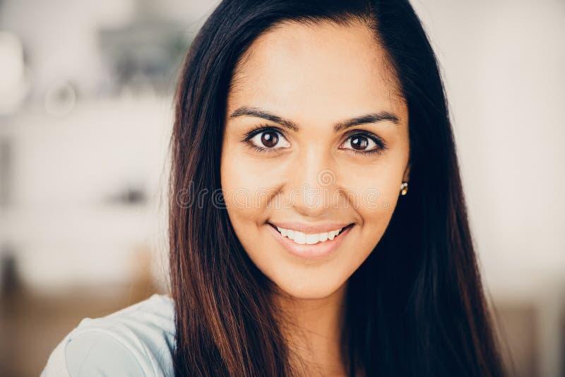 Het mooie Indische vrouwenportret gelukkige glimlachen stock afbeeldingen