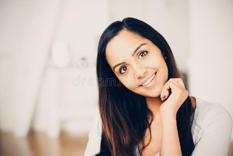 Het mooie Indische vrouwenportret gelukkige glimlachen stock afbeelding