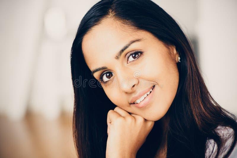 Het mooie Indische vrouwenportret gelukkige glimlachen stock foto