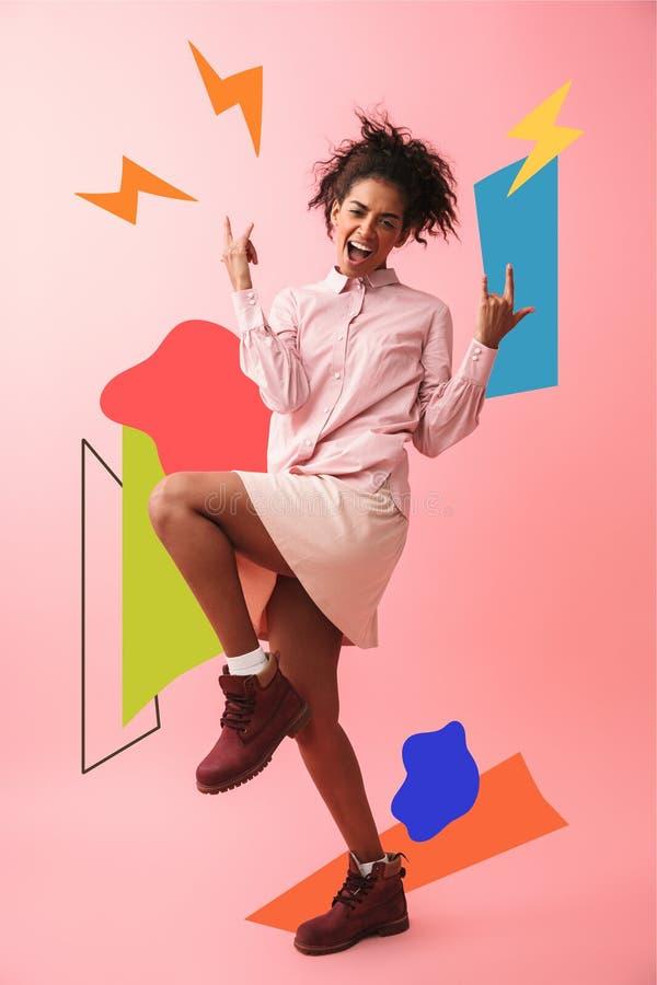 Het mooie jonge Afrikaanse vrouw stellen geïsoleerd over het roze muur gillen als achtergrond stock illustratie