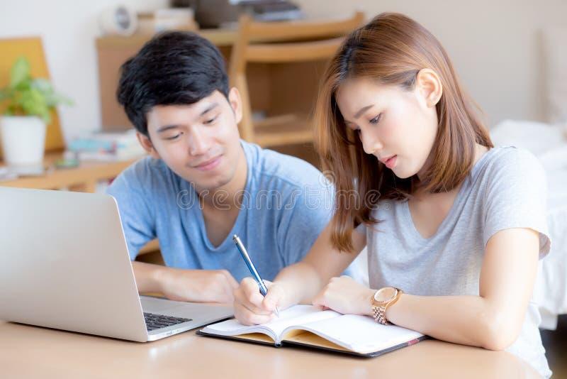 Het mooie jonge Aziatische paar berekent uitgavenfinanciën met laptop en samen planning royalty-vrije stock foto