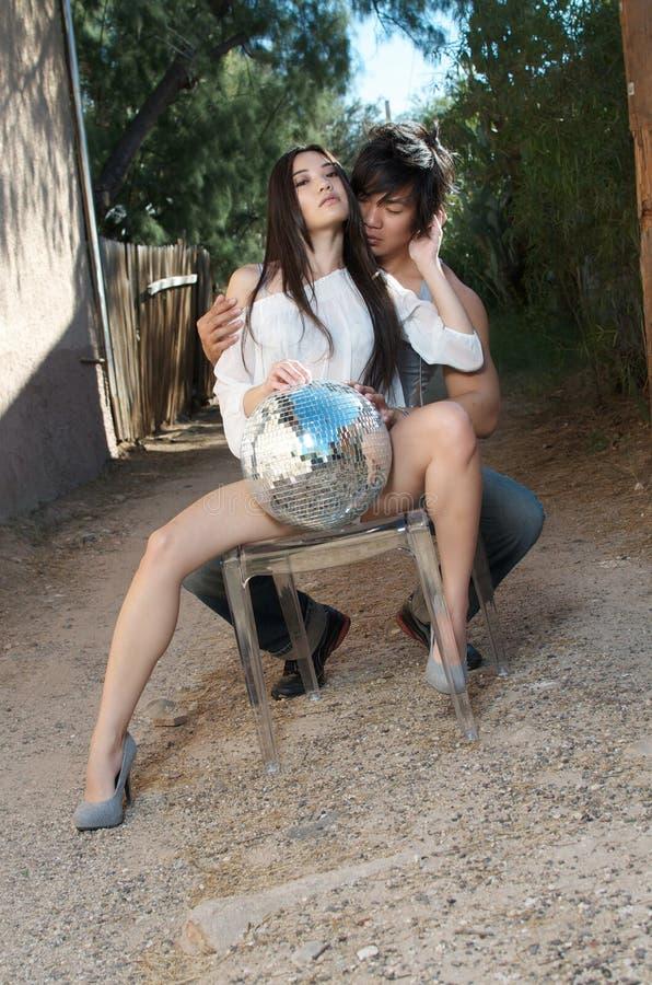 Het mooie jonge Aziatische Paar omhelst passionately royalty-vrije stock afbeelding