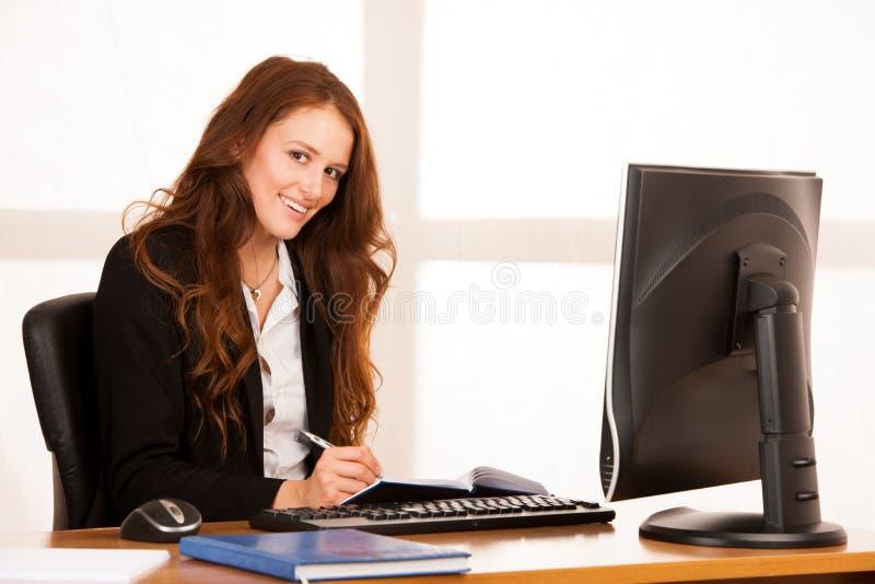 Download Het Mooie Jonge Bedrijfsvrouwenwerk Bij Haar Bureau In Bureauwi Stock Foto - Afbeelding bestaande uit zitting, manager: 107708716