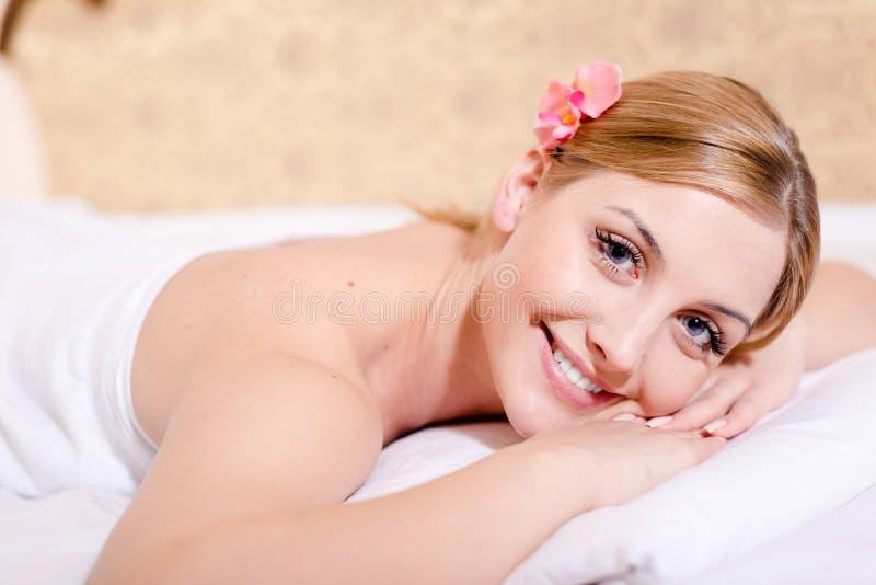 Het mooie jonge blonde vrouwen aantrekkelijke girl spa behandelingen gelukkige glimlachen & het bekijken het portret van de camer royalty-vrije stock fotografie