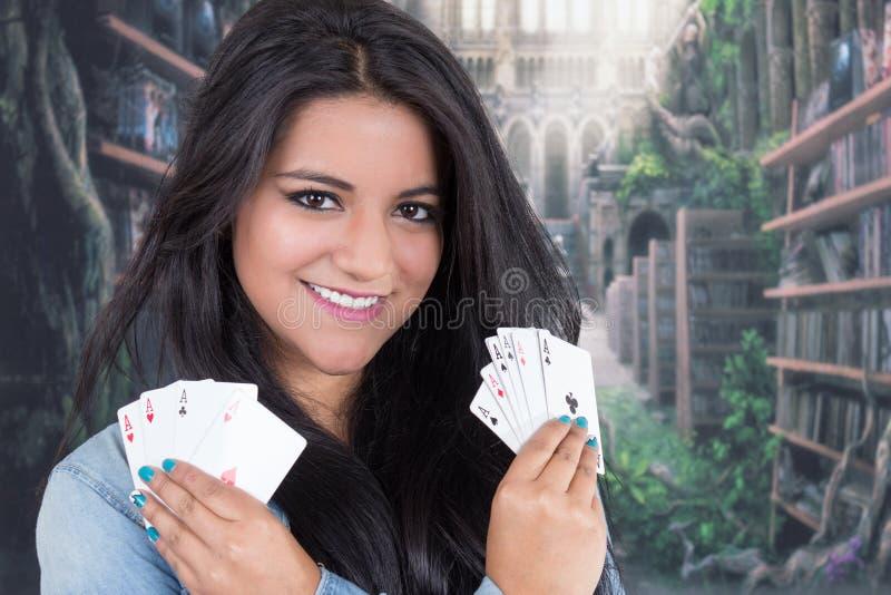 Het mooie jonge dek van de meisjesholding van kaarten stock foto's