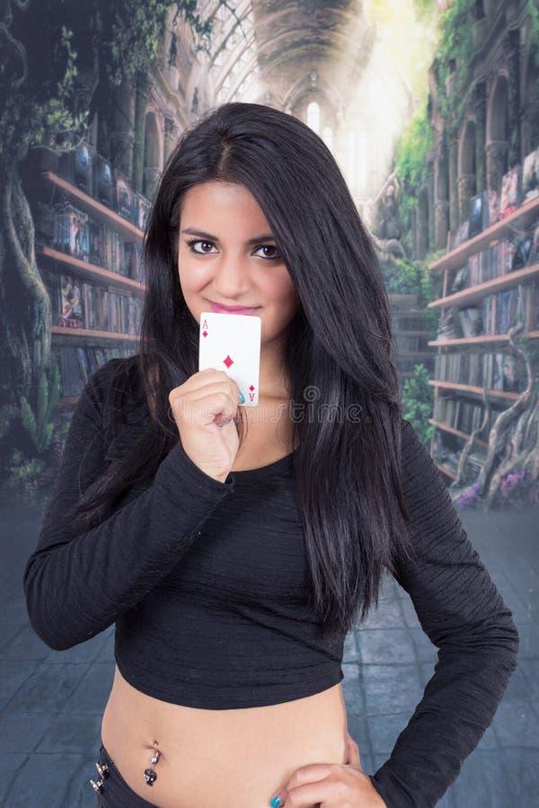 Het mooie jonge dek van de meisjesholding van kaarten stock fotografie