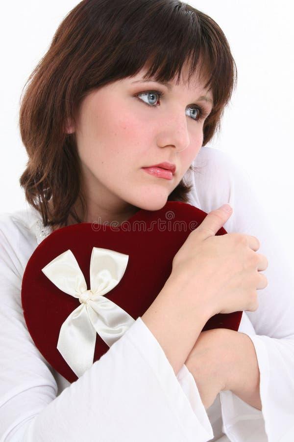 Het mooie Jonge Denken van de Vrouw aan Haar Valentijnskaart royalty-vrije stock foto