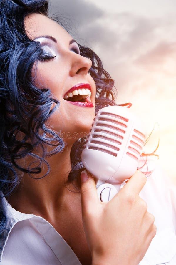 Het mooie jonge donkerbruine zingen stock foto's